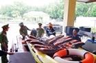 Lực lượng công an hỗ trợ người dân ứng phó với bão