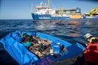 Tàu cứu người di cư đi vào vùng biển Italy bất chấp lệnh cấm