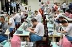 Tù nhân ở Đài Loan (Trung Quốc) may khẩu trang chống dịch