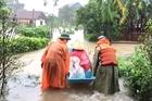 Công an cứu người dân mắc kẹt trong vùng ngập