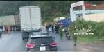 Container vượt ẩu tông nát đầu xe tải