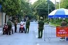 Công an chốt trực kiểm soát người dân ra đường trong kỳ nghỉ lễ