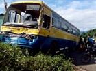 Hai xe chở công nhân tông nhau, 20 người nhập viện