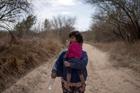 Nhói lòng những đứa trẻ di cư trên hành trình tới Mỹ