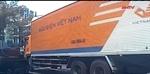 Xe tải đưa thư chuyển làn đột ngột suýt gây tai nạn
