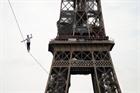 Màn đi dây thăng bằng qua tháp Eiffel