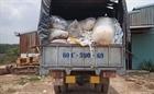 Bắt quả tang xe tải đổ trộm chất thải công nghiệp