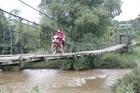 Đánh đu tính mạng trên những cây cầu treo xuống cấp