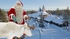Ông già Noel chào đón trẻ em theo phương thức giãn cách xã hội