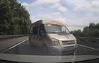 Xe khách bỏ chạy sau khi đón, trả khách trên cao tốc