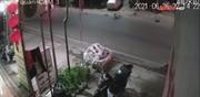 Cú tông chết người của xe máy chở 3