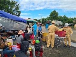 Công an tỉnh Gia Lai giúp đỡ người dân về từ vùng dịch