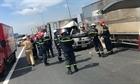 Tài xế xe tải mắc kẹt trong cabin sau tai nạn
