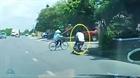 Thanh niên đi nhanh đâm bay người phụ nữ sang đường