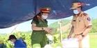 Công an Quảng Ngãi hỗ trợ tiêu thụ dưa cho nông dân