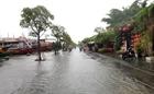 Người dân TP. Quảng Ngãi lội nước về nhà