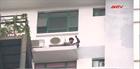 """Giải cứu thanh niên trèo lên lan can tầng 17 """"múa hát"""""""
