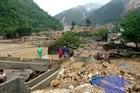 Trao tiền cứu trợ đồng bào bị thiệt hai do mưa lũ tại Yên Bái