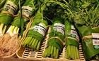 Nhiều cửa hàng gói rau bằng lá chuối thay thế túi nilon