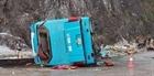 Xe khách lật trên QL6, 2 người chết, 10 người bị thương