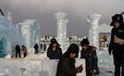 Trung Quốc: Khai thác hàng nghìn khối băng để xây lâu đài, chùa