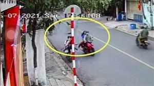 Hai em học sinh bị người đi xe máy đạp ngã xuống đường