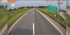 Xe Innova đi lùi trên cao tốc