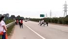 Mạo hiểm đi bộ băng qua cao tốc Hà Nội - Bắc Giang
