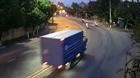 Ôm cua tốc độ cao, xe container lật giữa phố