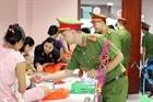 Chiến sỹ công an đem Trung thu đến với nhiều trẻ em