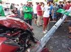 Ô tô đâm 2 xe máy rồi húc đổ cột đèn giao thông