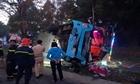 Giải cứu hành khách trong xe giường nằm bị lật