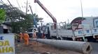 Xe tải kéo gãy cột điện, làm đứt nhiều đoạn dây cáp