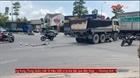 Xe ben tông xe máy đang dừng đèn đỏ, 2 người thương vong