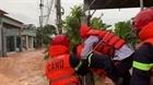 Công an kịp thời cứu 2 người dân mắc kẹt trong lũ