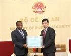 Bộ Công an trao trang thiết bị y tế tặng Bộ Nội vụ Angola