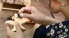 Cô gái làm đồ chơi gỗ tặng trẻ em nghèo