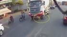 Tạt đầu xe bồn, người phụ nữ bị cuốn vào gầm