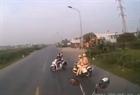 Né CSGT, 2 cô gái đi xe SH tạt đầu container