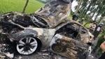 Siêu xe cháy trơ khung sau khi đâm vào cột mốc