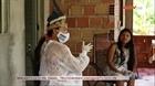 Nữ điều dưỡng chăm sóc các thổ dân ở Brazil