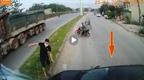 Tạt đầu container ô tô con bị đâm xoay ngang đường