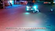 Đi xe không quan sát đâm vào ô tô sang đường