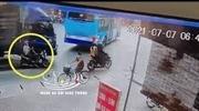 Xe tải chạy ẩu va trúng 2 người đi xe máy