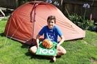 Cậu bé ngủ trong lều 500 ngày để gây quỹ từ thiện