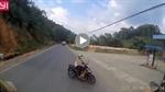 Xe máy sang đường bất cẩn cắt đầu ô tô