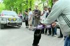 Cậu bé 5 tuổi kéo xe tải 3 tấn lăn bánh trên đường