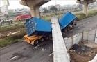 Xác định nguyên nhân xe container kéo sập dầm cầu