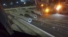 Hàng chục cột điện trên xe rơi xuống đường gây tai nạn