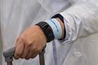 Israel cung cấp vòng đeo tay điện tử theo dõi dịch COVID-19